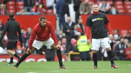 Rio Ferdinand og Wayne Rooney. Sistnevnte i korrekt tøy. (Foto: Martin Rickett/Pa Photos)