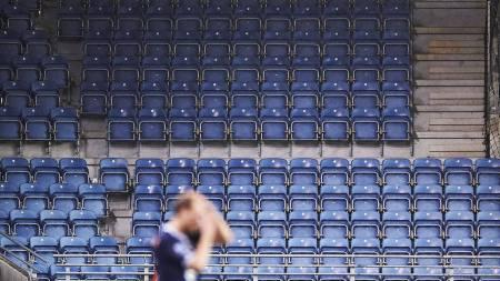 Tilskuerne rømmer fra tribunen i Stavanger. (Foto: Skibstad, Kent/NTB scanpix)