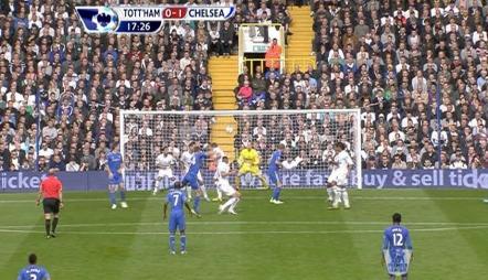 Gary Cahill scorer med et kanonskudd mot Tottenham. (Foto: TV 2)
