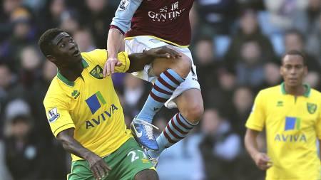Alexander Tettey i duell med Aston Villas Brett Holman. (Foto: David Davies/Pa Photos)