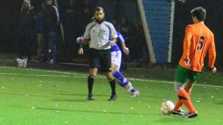 LOVENDE DOMMER: Ubaydullah Hussain blir omtalt som en lovende fotballdommer. (Foto: Indre Akershus Blad)