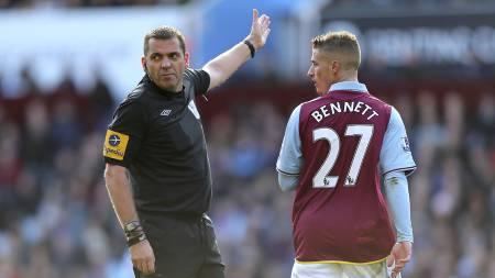 RØDT KORT: Aston Villas Joe Bennett fikk marsjordre av Phil Dowd etter sitt andre gule kort. (Foto: David Davies/Pa Photos)