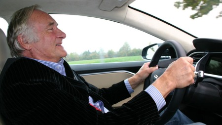 Her er en mann som har det hyggelig. Bil-legenden Knut Chr. Hallan er på jobb for Broom i Tyskland.