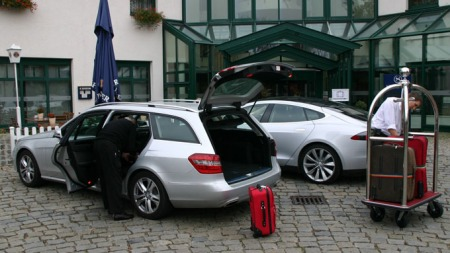 De truet med retur til flyplassen i en Mercedes... (Foto: Knut Chr.Hallan)