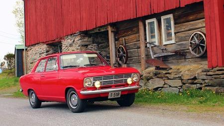 Småbiler skulle helst være i todørsversjon da denne bilen var ny, og med slikt karosseri og basismotoren på 1,1 liter er denne bilen ganske typisk for hvordan Kadetter i Norge så ut rundt 1970. (Foto: Privat)
