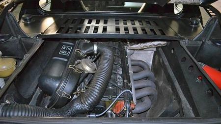 BMW Motorsport hadde M1 som sitt første store prosjekt, og en   ikke uviktig del av prosjektet var den 24-ventilerte, 3,5 liter store   rekkesekseren på 277 hester som var montert på langs bak seteryggene   i sportsbilen. (Foto: Gullwing Motor Cars)