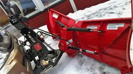 Med hydraulikk kan du knekke plogen i begge retninger, slik at du både kan ploge snøen til sidene og fange den opp ettersom det passer. (Foto: Finn.no)