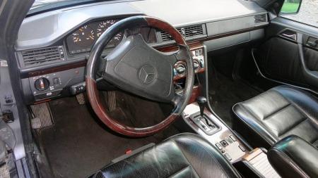 Ikke mye skiller interiøret i en 500 E fra en hvilken som helst velutstyrt E-klasse med Sportline-utstyr. Men det er neppe noen ulempe - dette var et lovprist førermiljø på 80- og 90-tallet, og det holder fortsatt mål ergonomisk. (Foto: Finn.no)