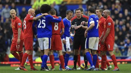 DRAMATIKK: Dommer Andre Marriner fikk høre det av Liverpool-spillerne etter at han annullerte Luis Suárez' overtidsscoring i Merseyside-derbyet. (Foto: Mike Egerton/Pa Photos)