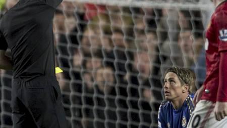 I FOKUS: Dommer Mark Clattenburg ble den store snakkisen etter   kampen mellom Chelsea og Manchester United. (Foto: ADRIAN DENNIS/Afp)