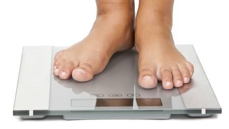 PÅ VEKTEN: TV 2 Sportys kostholdsveileder, Siri Marte Hollekim, anbefaler at man veier seg en gang i uken i stedet for å telle kalorier. Det anbefales at man veier seg på samme tid og på samme dag hver uke. (Foto: Colourbox / Illustrasjonsbilde/)