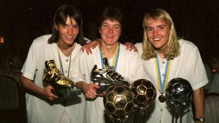 VM-fotball 1995, kvinner. Hege Riise (midten) fikk gullballen på banketten etter VM seieren, Gro Espeseth (t.h.) fikk sølvballen mens Ann Kristin Aarønes (t.v.) fikk bronseballen etter å ha slått Tyskland 2-0 i VM finalen på Råsunda (Foto: Tørnstrøm, Calle/NTB scanpix)