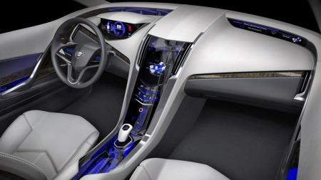 Også i interiøret på konseptbilen kjenner man igjen dagens Cadillac-formspråk, om enn mengden av digitale displayer og blålig bakopplyste detaljer sladrer om at akkurat dette nok er mer for utstilling enn for en produksjonsmodell.