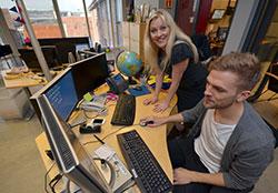 Kristen er allerede i gang med opplæringen, med Eli Kari som mentor. (Foto: Ronald Toppe)