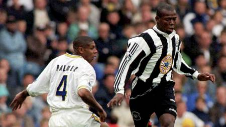 LEDET TRE SESONGER PÅ RAD: Newcastle var ligaleder etter ti runder både høsten 94-, 95- og 96. Allikevel vant de aldri ligaen. Her representert ved Faustino Asprilla i duell med Leeds' Carlton Palme i september 1996. (Foto: JOHN GILES/AP)