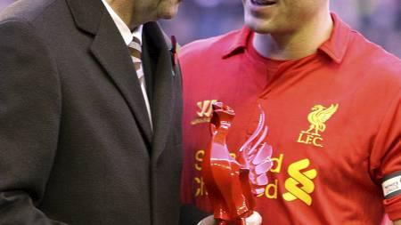 Liverpool-kaptein Steven Gerrard fikk en påskjønnelse fra lagkamerat Gary McAllister i forbindelse med sin 600. kamp for klubben. (Foto: Peter Byrne/Pa Photos)