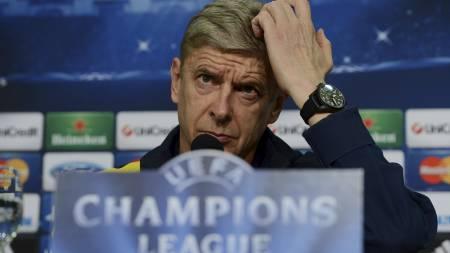 SINT: Arsene Wenger likte dårlig Santos' trøyebytte. (Foto: PATRIK STOLLARZ/Afp)
