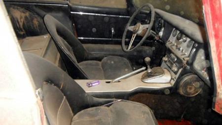 Svart skinn, aluminium, bucket seats og lange rader med vippebrytere.   Lekkert! (Foto: eBay)