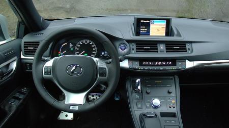 Lekkert interiør med høy kvalitetsfølelse i CT 200h. Lexus tør også skille seg litt fra mengden når det gjelder betjeningsløsninger.