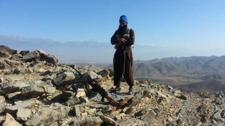 KRIGER: Arfan Bhatti poserer her i grenseområdet mellom Pakistan og Afghanistan. (Foto: Ukjent)