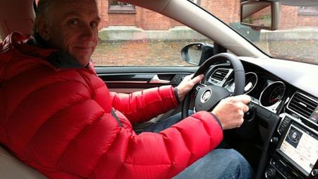 Brooms bilekspert Benny Christensen på plass bak rattet i nye VW Golf - i Norge. Lanseringen er i gang og snart får du se bilen på norske veier.