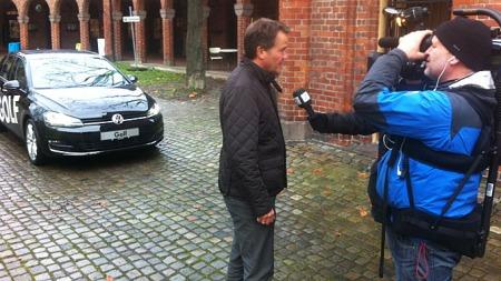 Hver fredag presenterer Broom ukens bilnyhet på TV 2 Nyhetskanalen. Her blir Knut Skogstad intervjuet om splitter nye VW Golf.