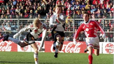 Steffen Iversen sniker seg foran Mini og Claus Lundekvam og scorer for Rosenborg i cupfinalen mot Brann i 1995 (Foto: Richardsen, Tor/NTB scanpix)