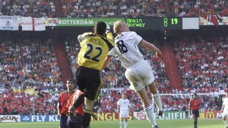 Steffen Iversen knuser Jose Molina i luften og stanger inn 1-0 til Norge mot Spania i EM i 2000. (Foto: Richardsen, Tor/NTB scanpix)