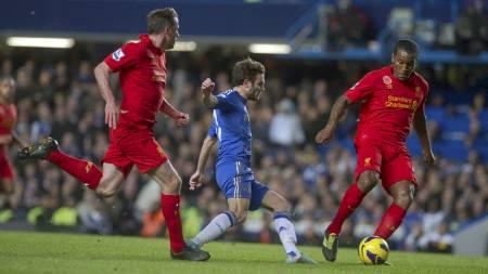 LEKENT AV MATA: Juan Mata spiller tunnel på Andre Wisdom, men bommer på det påfølgende skuddet. (Foto: Bogdan Maran/Ap)