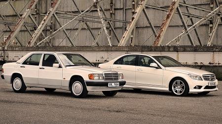 30 år skiller disse to bilene en 190 og en 2012 modell C-klasse. Det har unektelig skjedd ganske mye på disse årene.