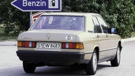 Et års tid etter introduksjonen fikk også 190-modellen dieselmotorer. Fra begynnelsen en forholdsvis lat 2-litersaffære på 70 hester, men etterhvert også femsylinder-maskinen fra 250D. Skulle du treffe på en 190 med  luftespalter i høyre forskjerm står du overfor en sjeldenhet - da er den en av meget få som ble solgt med 2,5 liter turbodiesel!