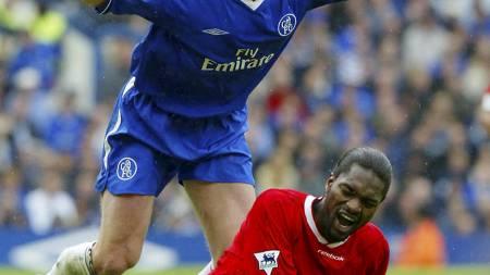 MIDTBANEDUELL: Chelseas Emmanuel Petit og Liverpools Salif Diao kjempet om mer enn bare ballen. Her stod Mesterliga-plass på spill. (Foto: ADRIAN DENNIS/AFP)