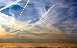Fotografen mener himmelen over Solsona i Spania var dekket av chemtrails 25. april 2008. (Foto: Creative Commons)
