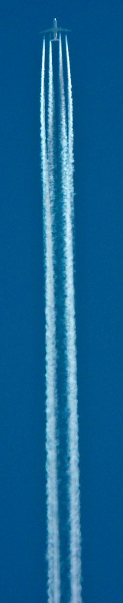 Kondensen fra de fire motorene samles til to lange striper.   (Foto: Wikimedia Commons)
