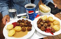 Fortsatt det norskeste av det norske: Kjøttkaker, poteter og brun saus. (Foto: Heiko Junge / SCANPIX)