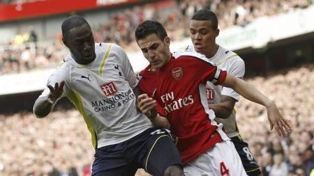 FORRIGE 13:45-TRIUMF: Cesc Fabregas og Arsenal vant 3-0 mot   Tottenham i 2009. Det var sist Arsène Wengers lag vant en tidligkamp   på en lørdag i Premier League. (Foto: Akira Suemori/AP)
