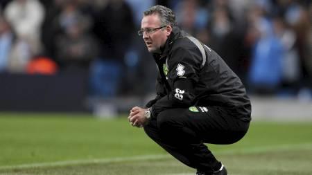 TØFT I FJOR: Paul Lambert måtte se at hans Norwich-lag slapp   inn totalt elleve mål på de to kampene mot Mancheste City forrige sesong.   Nå prøver han på ny, som Aston Villa-sjef. (Foto: Mike Egerton/Pa Photos)