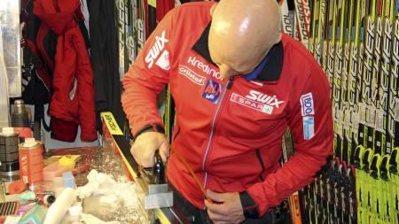 Perry Olsson er nøye når han gjør klar skiene til de beste i Norge. (Foto: MATS WEDERVANG/)