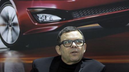 Peter Schreyer regnes om en av verdens mest begavede bildesignere.   Han er også kjent for store sorte briller og alltid sorte klær.