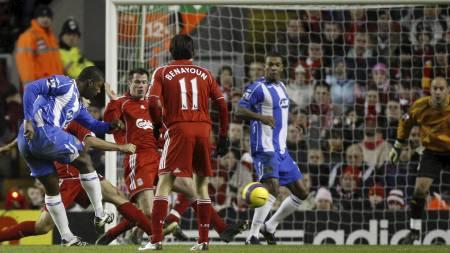 SCORET PÅ ANFIELD: Titus Bramble var Wigans målscorer i 1-1-kampen   i januar 2008. (Foto: JON SUPER/AP)