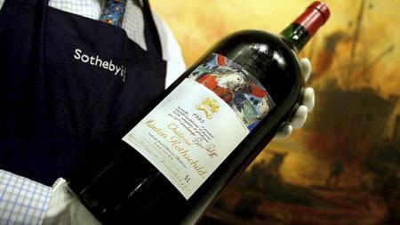 Denne femlitersflasken med Chateau Mouton Rothschild 1985 ble solgt for 13000 kroner i 2003. (Foto: NICOLAS ASFOURI/AFP)