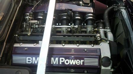 Hjertet i M5 av E34-generasjonen er fremdeles rekkesekseren som opprinnelig ga superbilen M1 imponerende prestasjoner. Dette er den siste oppgraderingen av motoren, som da hadde 3,8 liters volum og 340 hester. (Foto: Privat)
