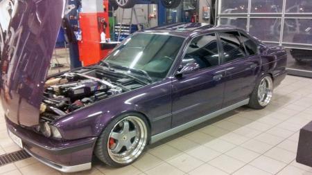Lakk med lilla-toner var populært på 90-tallet, men få tok den så langt ut som BMW. Husker vi ikke feil hadde de hele tre forskjellige lilla-nyanser på plakaten den gang, og fargen gir litt oppmerksomhet til et for øvrig anonymt designet råskinn. (Foto: Privat)