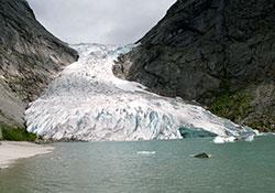 I 1993 gikk Briksdalsbreen helt ned i vannet. (Foto: Bjørn Sigurdsøn / NTB / SCANPIX)