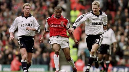 Arsenal's Ashley Cole is chased by Tottenham's Steffen Freund (L) and Steffen Iversen (R) (Foto: Jon Buckle/Pa Photos)