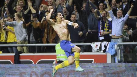 Zlatan Ibrahimovic jubler etter 4-2-scoringen mot England. (Foto: Fredrik Sandberg/Ap)
