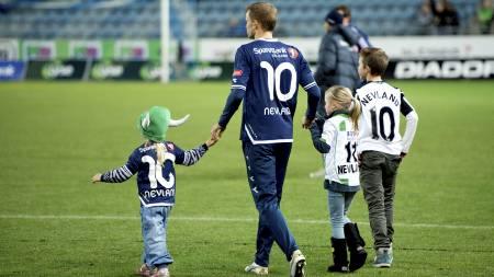 TAKKET FOR SEG: Erik Nevland takket for seg på Viking Stadion sammen med barna sine. (Foto: Tommy Ellingsen/NTB scanpix)