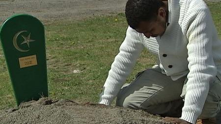 MISTET KONA: Nasir Elmi ved graven til Munira, som døde 31 år gammel på sykehuset. (Foto: TV 2)