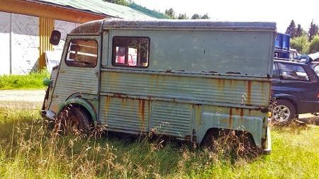 Bilen loves å være rimelig komplett. At den også inneholder mye rust er selvsagt en tøff utfordring for en fremtidig restaurering, men forhåpentligvis ikke større enn at bilen kommer på veien igjen. (Foto: Finn.no)