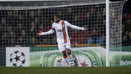 SCORET SKANDALEMÅL: Shakhtar Donetsks Adriano ga blaffen i Fair Play. (Foto: ANDREAS HILLERGREN/Afp)